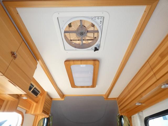 AtoZ アミティ 8ナンバーキャンピングカー サブバッテリー 走行充電 外部電源 リアTV シンク 冷蔵庫 常設2段ベッド マックスファン バックモニター 走行用リアクーラー(7枚目)