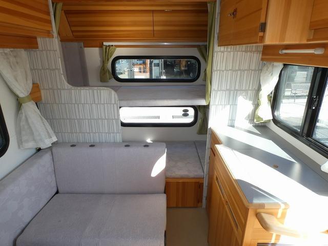 AtoZ アミティ 8ナンバーキャンピングカー サブバッテリー 走行充電 外部電源 リアTV シンク 冷蔵庫 常設2段ベッド マックスファン バックモニター 走行用リアクーラー(15枚目)