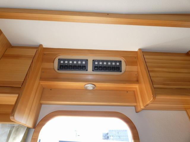 AtoZ アミティ 8ナンバーキャンピングカー サブバッテリー 走行充電 外部電源 リアTV シンク 冷蔵庫 常設2段ベッド マックスファン バックモニター 走行用リアクーラー(24枚目)