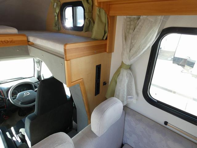 AtoZ アミティ 8ナンバーキャンピングカー サブバッテリー 走行充電 外部電源 リアTV シンク 冷蔵庫 常設2段ベッド マックスファン バックモニター 走行用リアクーラー(26枚目)