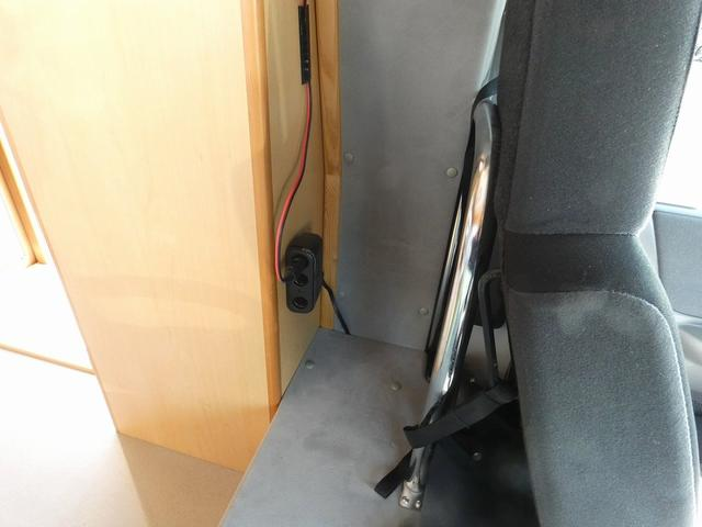AtoZ アミティ 8ナンバーキャンピングカー サブバッテリー 走行充電 外部電源 リアTV シンク 冷蔵庫 常設2段ベッド マックスファン バックモニター 走行用リアクーラー(27枚目)