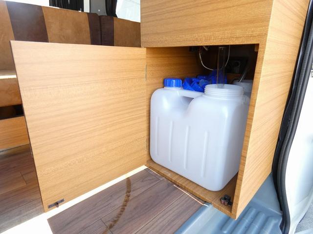 ステージ21 リゾートデュオユーロ キャンピングカー 4WD サブバッテリー ルーフベント サイドオーニング ローダウンサス インバーター1500W ポータブル冷蔵庫 べバストFFヒーター シンク 給排水タンク(5枚目)