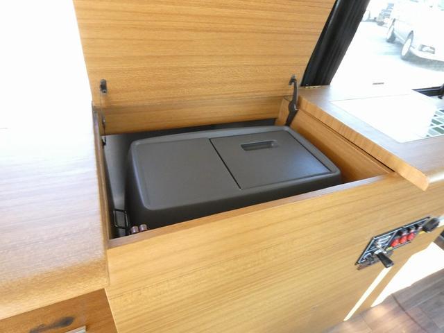 ステージ21 リゾートデュオユーロ キャンピングカー 4WD サブバッテリー ルーフベント サイドオーニング ローダウンサス インバーター1500W ポータブル冷蔵庫 べバストFFヒーター シンク 給排水タンク(12枚目)