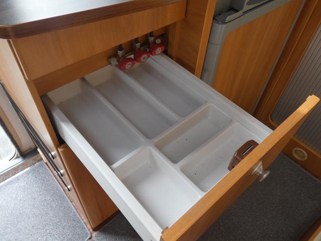 フォード トランジット ハイマーエクシス512 ツインサブバッテリー 1500Wインバーター 冷蔵庫 シンク 電子レンジ 温水ボイラー シャワー トイレ FFヒーター ソーラーパネル(9枚目)