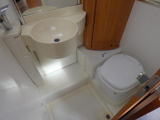 フォード トランジット ハイマーエクシス512 ツインサブバッテリー 1500Wインバーター 冷蔵庫 シンク 電子レンジ 温水ボイラー シャワー トイレ FFヒーター ソーラーパネル(36枚目)