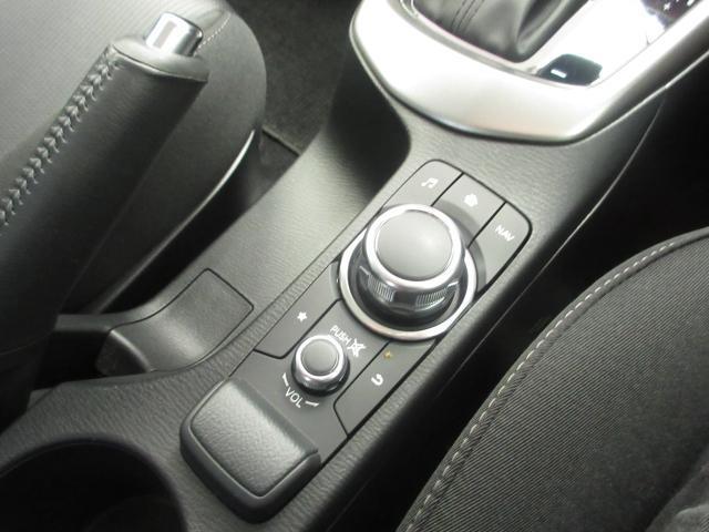 センターディスプレイ表示項目のすべてを操作するコマンダーコントロール シフト部分の手前に設置したコマンダーコントロー ダイヤル式のロータリースイッチとボタンを組み合わせた、マツダの日本仕様車では初採用