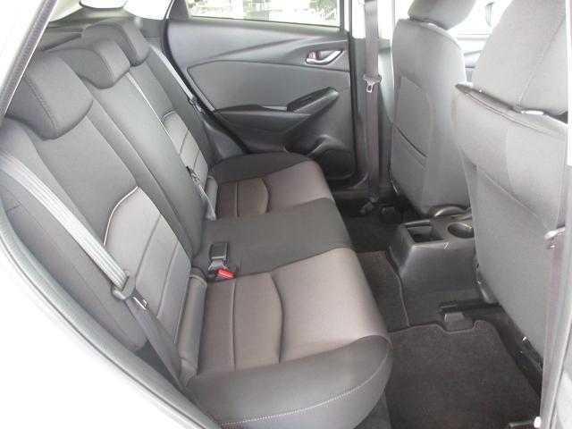 後席もシートそのものが大きいため、一見して狭そうに見えますがスペースはしっかり確保されています。路面からの衝撃を後方に逃がす作りの足回りのため、後席でも乗り心地はいいですね。