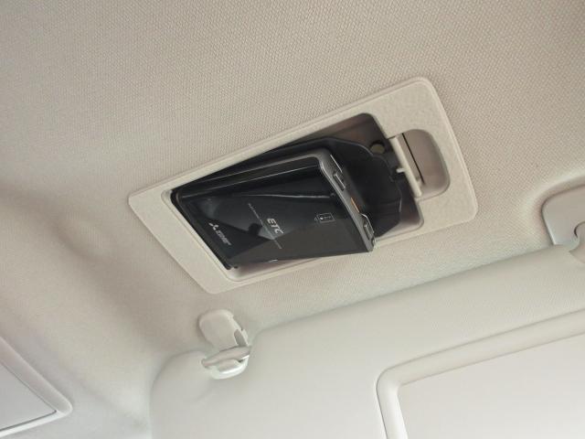 運転席頭上にETC車載器が収納してます。