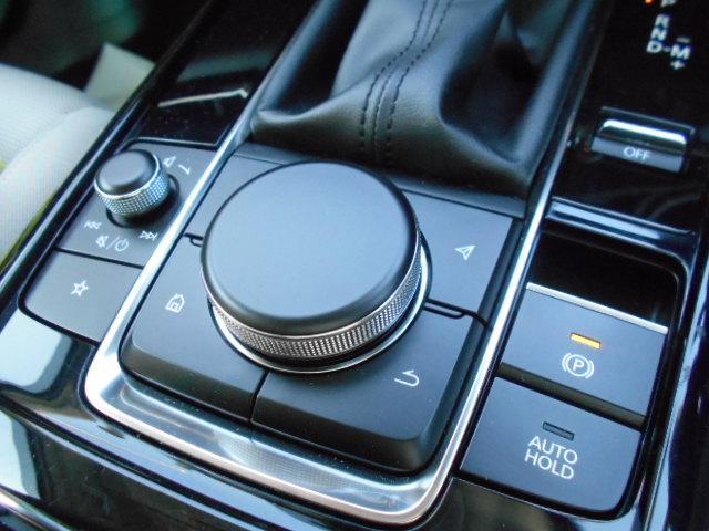 電動パーキングブレーキの採用により、センターコンソーまわりもすっきりとし、オートホールド機能により、信号待ちでブレーキを踏み続けなくても停止をしてくれる機能は足の疲労の軽減にもつながります。