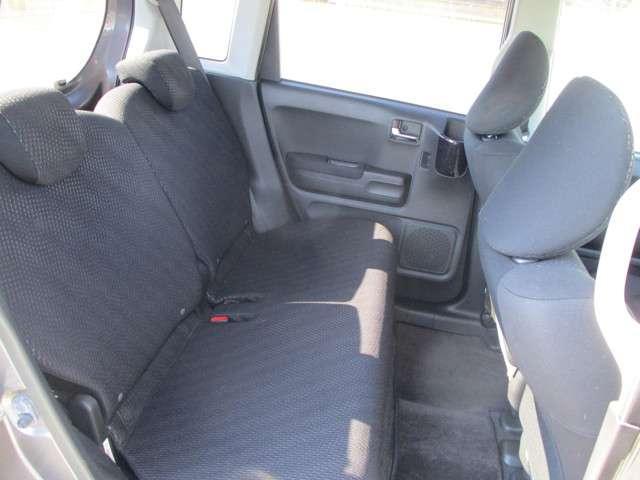 後部座席も当然キレイで清潔に仕上げております。内装のキレイなお車は気持ちが良いですし、コンディションの良い車が多いです。以前のユーザーが丁寧に使っていた証拠です。