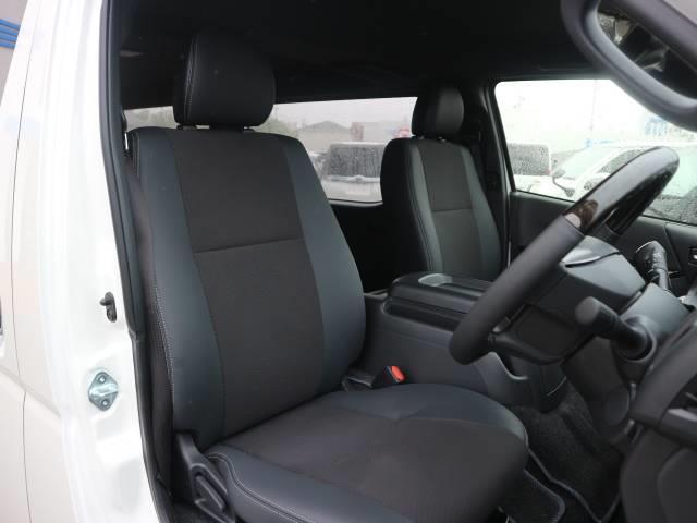 ドアを開ければグレード限定のハーフレーザーシートとウッドコンビステアリングがお出迎えします。