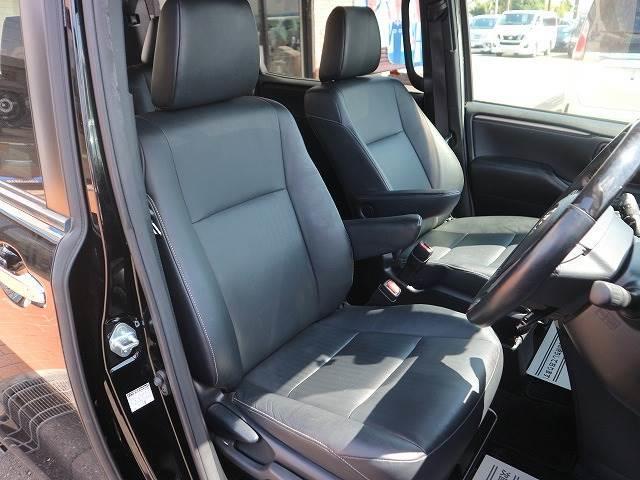 ドアを開ければ高級感溢れるレザーシートや本革巻きウッドステアリングが迎えてくれます。心地のよいドライブをお楽しみください。