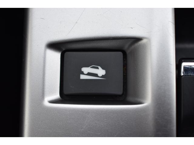[ヒルホールド機能]ヒルホールドスイッチを押して、ヒルホールド機能を ON にすると、 登り坂でブレーキを踏んで停車した場合、停車の約1秒後に自動的 に電動パーキングブレーキが作動します。