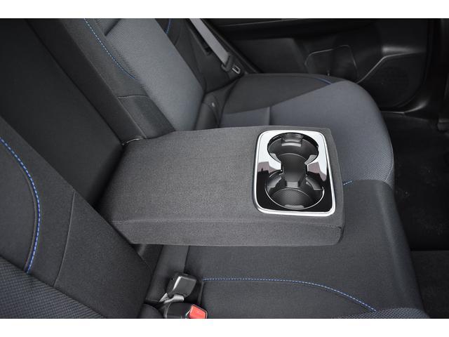 後席中央の背もたれはカップホルダー付きアームレストになります。