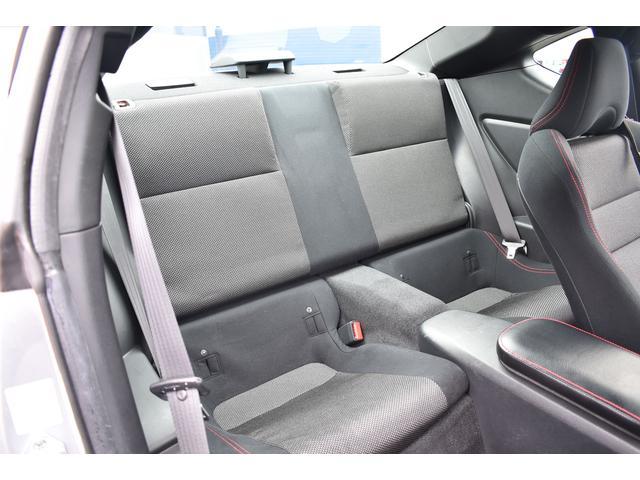 後席シートは座面が窪んでおり、座りやすい工夫がされています。