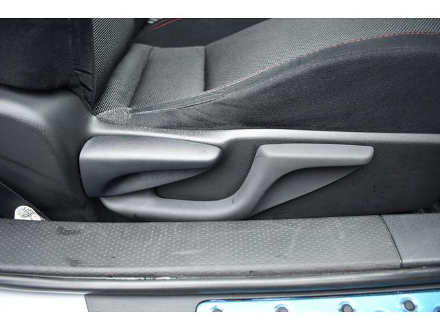 運転席はシートリフターがついていて、高さの調節も可能です。