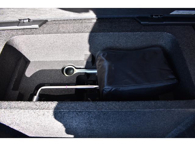 荷室下にはパンク修理キットなどの車載工具が入っています