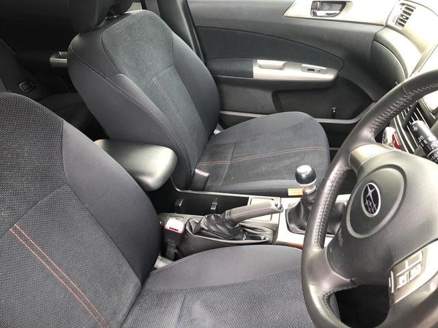 肘掛け、コンソールボックスがあり、ゆったりとしたドライブが楽しめます!!