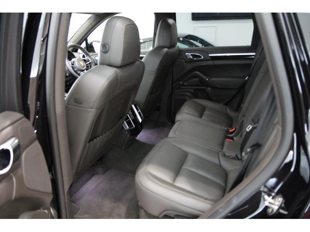 ★SUVだと後部座席の窮屈さを感じる車種が多い中、カイエンは後部座席もゆったりとしたスペースを確保しております★