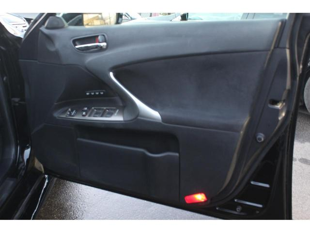 運転席のドアの内張りの状態も程度よくキープされております!