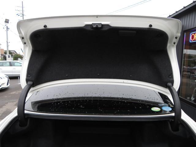 見えにくいトランクフードの内張りの状態も程度よくキープされております!