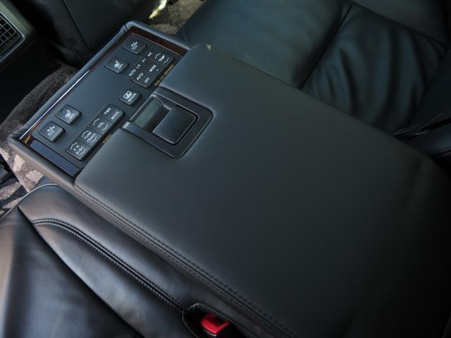 後席のセンターコンソールにも各種設定ボタンが設置されております!
