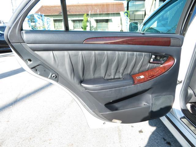 後席ドアの内張りの状態も程度よくキープされております。