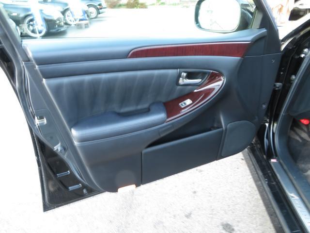 助手席ドアの内張りの状態も程度よくキープされております。