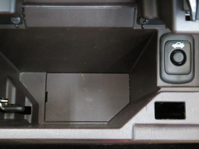コンソールボックスの中にトランクスイッチ有ります。