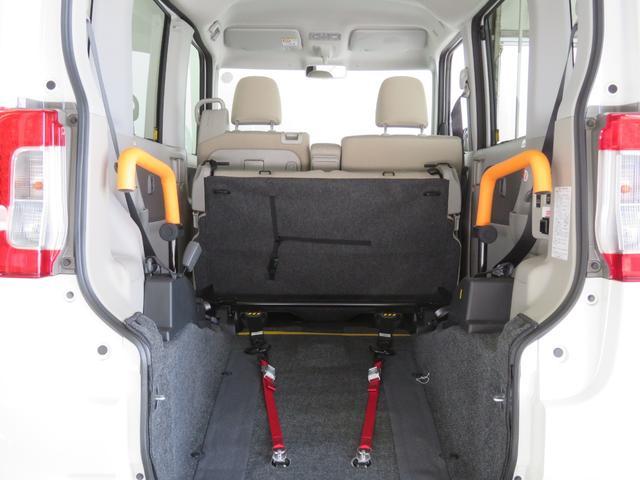リアシートを倒すと車いすごと乗車可能になります。