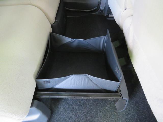 後席、置きラクボックス。バスケットモードにすれば、倒れ安い荷物もより安定して積めます。