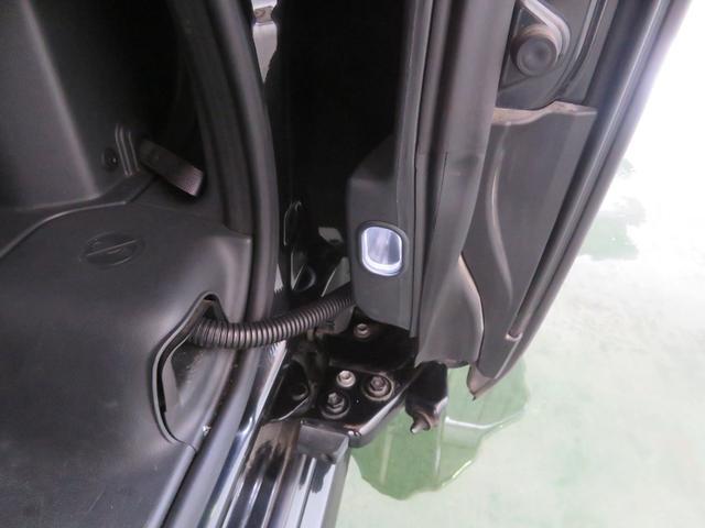 足元ランプで、夜間の乗り降りも安心の後席ステップランプ装備