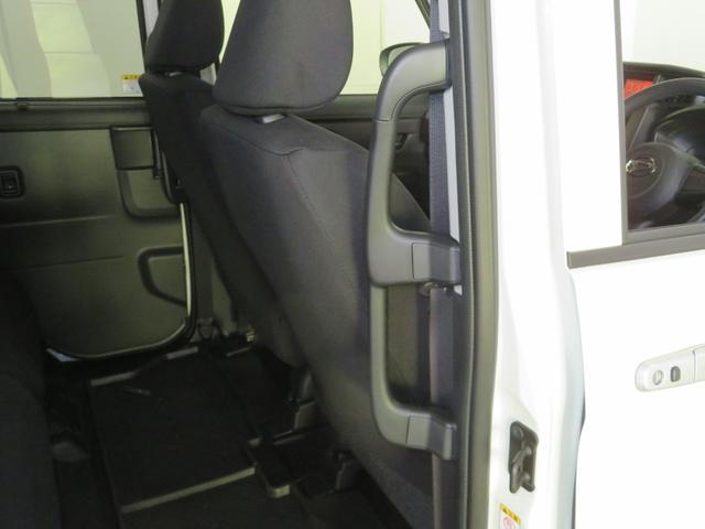 握りやすい位置と形の大型乗降用アシストグリップを装備