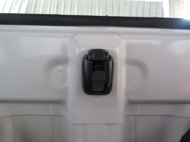 助手席と運転席の間に小物フック有り。