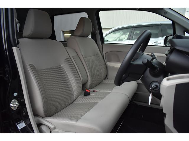 運転席です。ファブリック製シート・シートカラーアイボリー、前席シートリフター内蔵しております。