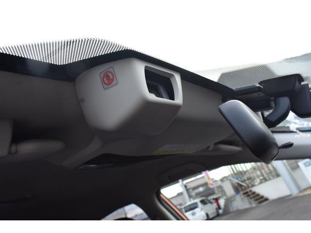 高速道路での走行時、ステレオカメラで走行車線両側の区画線を認識し、車線逸脱を抑制います。ロングドライブでのドライバーの負担を軽減します