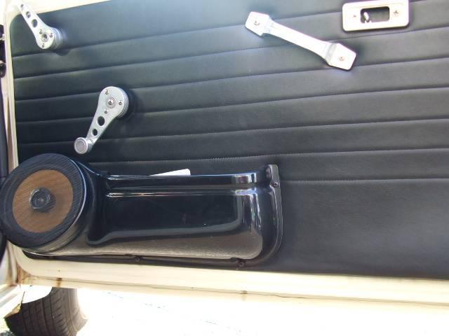 メータースピードメーター(左)、タコメーター(右)、水温計(左上)、油圧計(左下)、時計(右上)、燃料計(右下)