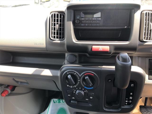 後部座席の写真です!ベンチシートになってます!後部座席を倒せば大きな荷物も積めます!