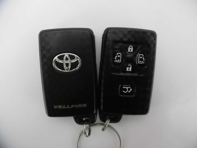 ここまで技術がきました!!スマートキーはカバンやポケットに入れて持っているだけで、ボタン一つでドアを開閉できます