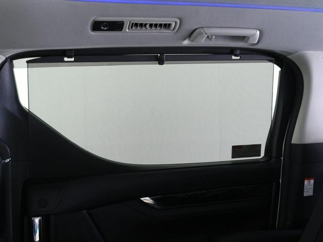 【ロールサンシェイド】日差しをブロックして車内を快適に♪ ロール式なので開け閉めも容易にできます。小さいお子様がいらっしゃる方は特に嬉しい機能です。