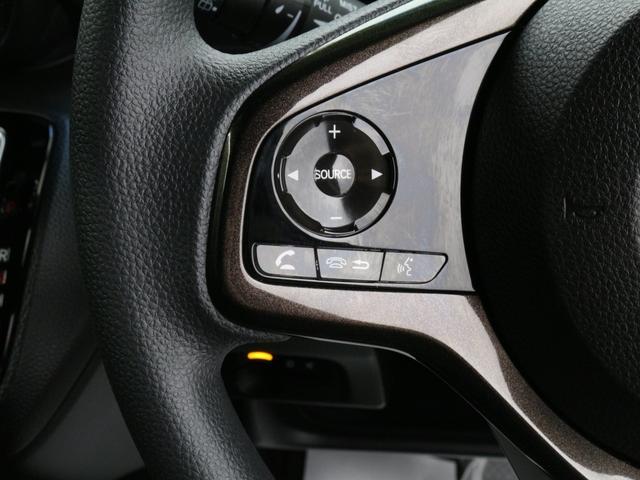 【ステアリモコンスイッチ】ハンドル装備されいるリモコンで運転中にナビゲーションのチャンネルや曲を変えることが出来ます。運転しながらの危険なナビ操作がなくなりますので安心です。