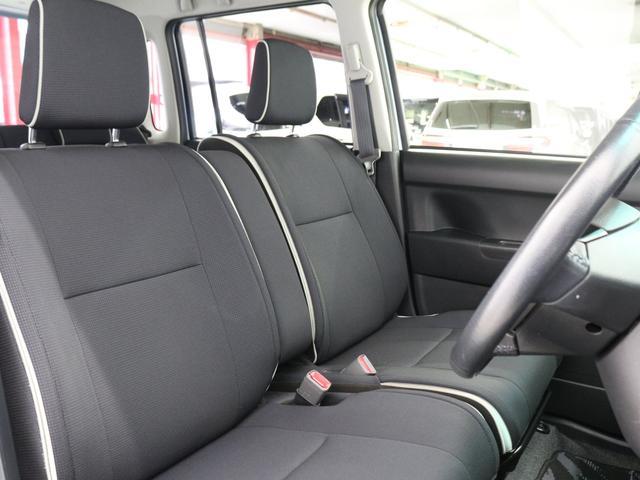 【ベンチシート】左右への移動が楽にできるので、狭い駐車場などに駐車した時など運転席側ドアが開けられない状況になった場合、助手席側にスムーズに移動して出ることができます。