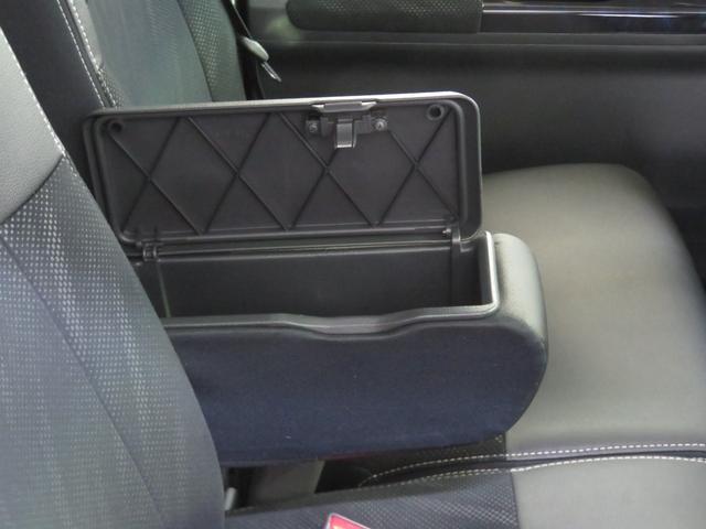 運転席アームレスト 小物入れが付いてます