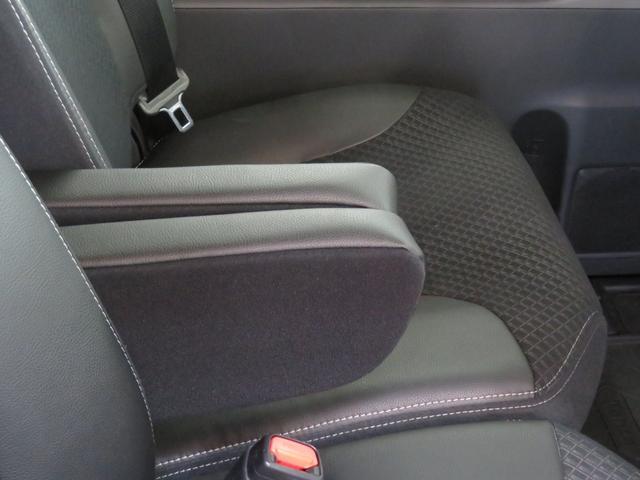 運転席と助手席にアームレスト長距離ドライブの必需品