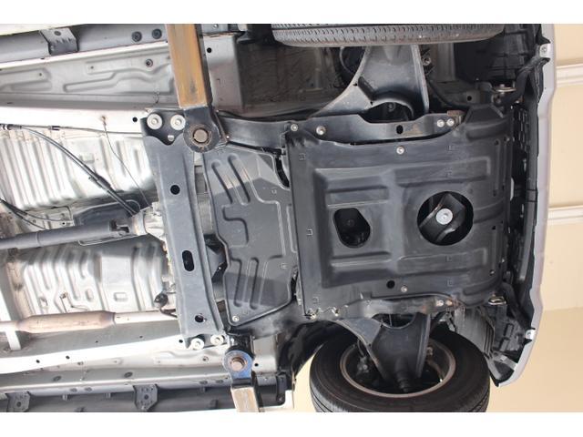 エンジン、オイルパン、ミッション周りからもオイル漏れ等見受けられません。とっても程度良好です。
