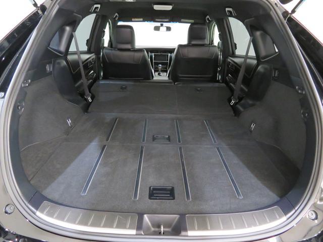 リヤシートをたたむと平らな広いスペースになります。