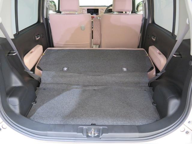 リヤシートをたたむと広いスペースになります。