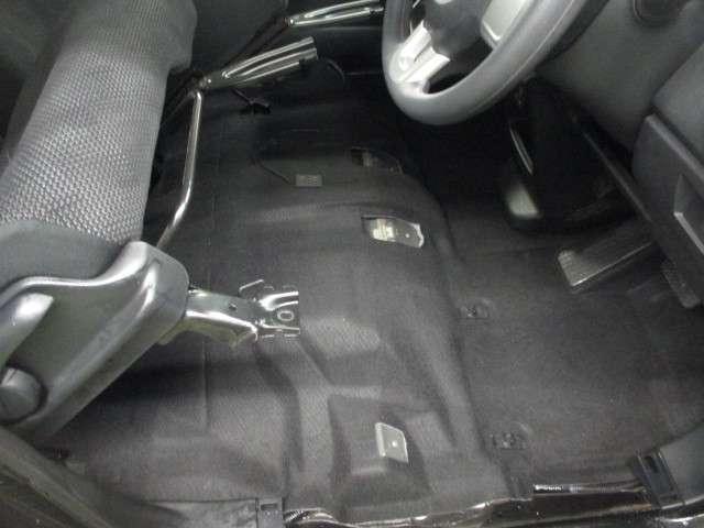 5スタ認定中古車は1台1台商品化センターにてシートをはずして隅々まで清掃&除菌を行い、ボディ全面磨き、内装クリーニング、タイヤWAXを行い、シートカバーは勿論足マットの装着後展示場に並べております。