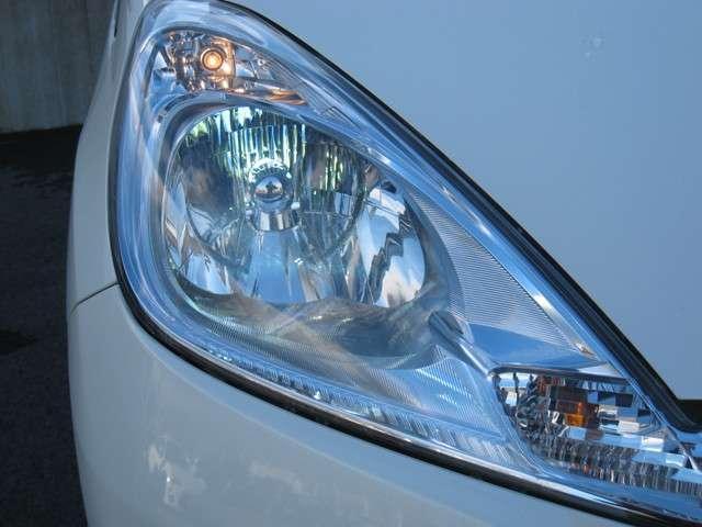 ディスチャージは、本当に明るくて安全です。暗い夜道からお客様を守ってくれます。運転しやすいですし、自慢にもなるかも?黄色いハロゲンライトと見比べてください。