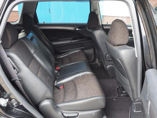 運転席:高級感のある本革コンビシート。